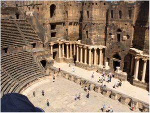 Bosra: teatro romano (I sec. d.C.) e cittadella ayyubide in alto