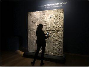 il rilievo assiro del genio alato da Nimrud prima della vendita di Christie's il 30 ottobre scorso a New York.