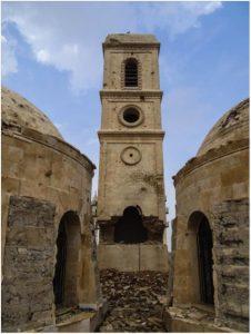 Il campanile dell'Orologio in stato di crollo in una foto da Mosul Eye