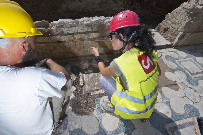 Archeologi a lavoro nell'area di scavo a Ponte Milvio
