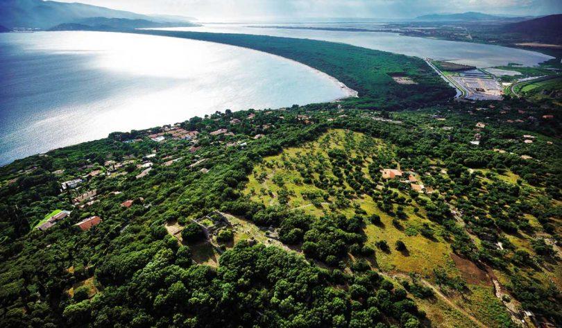 Il colle di Cosa/Ansedonia, con il capitolium sull'Arce e la vasta area archeologica