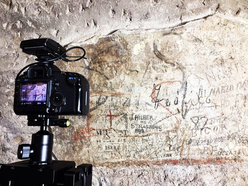 Colosseo: una croce e due lettere romane